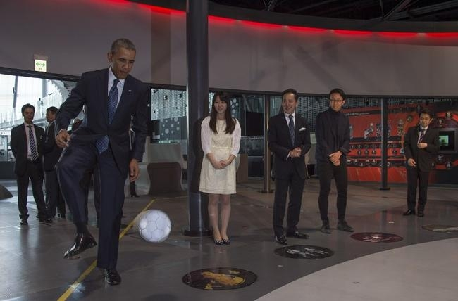 Obama bows to robot in Japan
