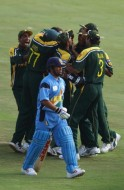 Pakistan celebrate after Shoaib Akhtar took the wicket of Sachin Tendulkar of India