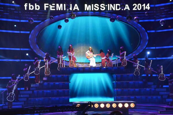 Sonakshi Sinha performed to the classic songs of Zeenat Aman.