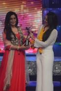 Zeenat Aman felicitated by Sonakshi Sinha.