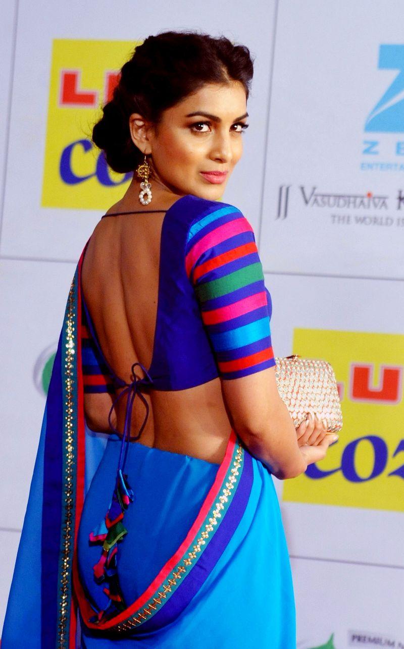 SRK, Priyanka, Deepika, Farhan Get Stylish At An Awards ...  SRK, Priyanka, ...