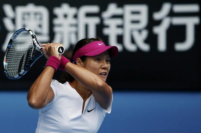 Li Na of China hits a return to Flavia Pennetta of Italy during their women