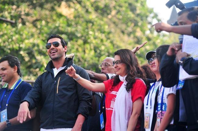 John Abraham, Juhi Chawla at Mumbai Marathon 2014