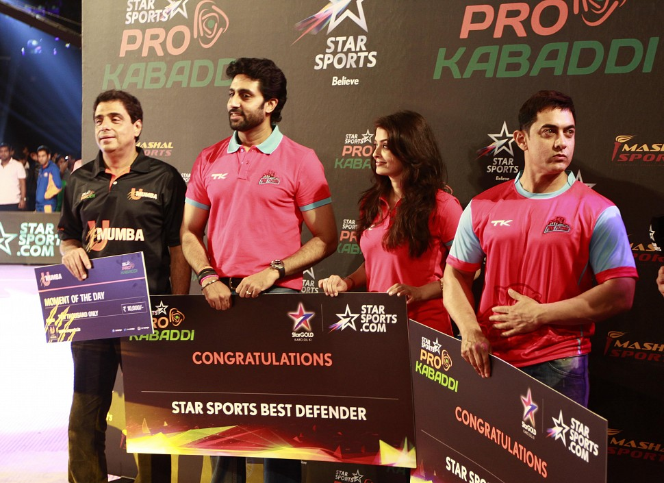 Ronnie Screwvala, Abhi-Ash and Aamir Khan during the post match ceremony