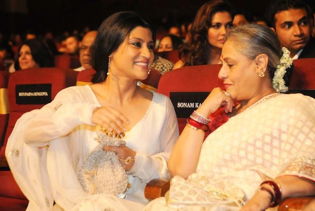 Konkona Sen Sharma (L) with Jaya Bachchan during 1st Vivel Filmfare Awards 2013 (East) at Science City auditorium in Kolkata