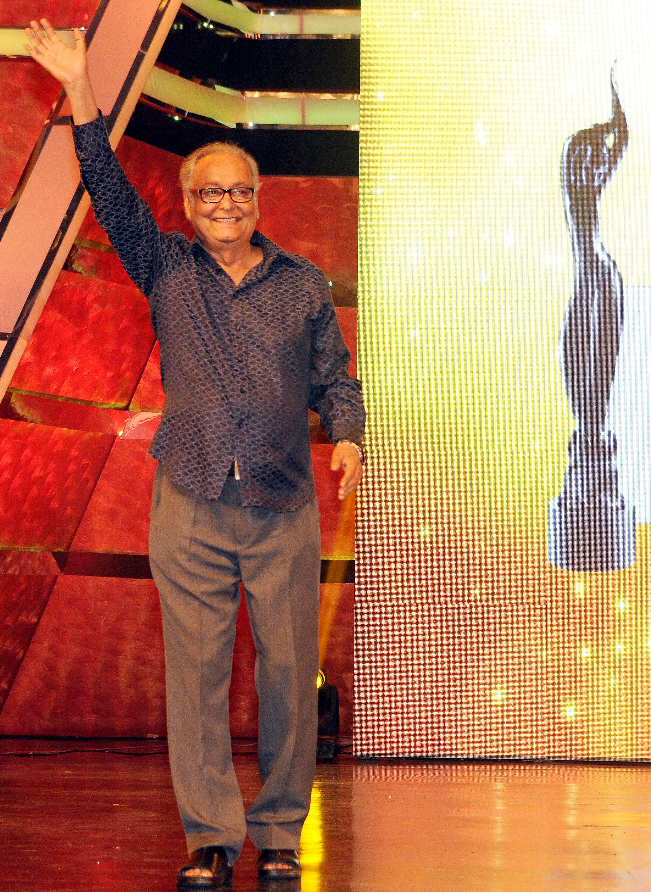 Soumitra Chatterjee takes Best Critics Award-Actor Male during 1st Vivel Filmfare Awards 2013 (East) at Science City auditorium in Kolkata