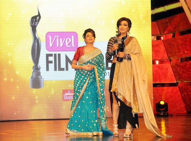 Rituparna Sengupta takes Best Critics Award-Actor Female from Debashree (L) during 1st Vivel Filmfare Awards 2013 (East) at Science City auditorium in Kolkata