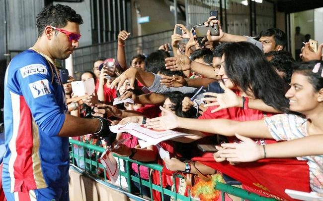 Yuvraj With His Fans