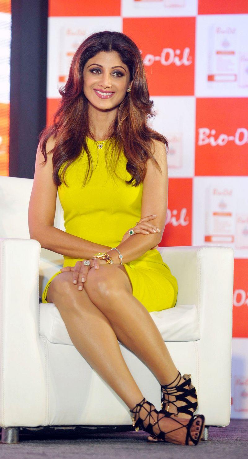 Yummy Mummy Shilpa Shetty Kundra Flaunts Her Shapely Legs ...